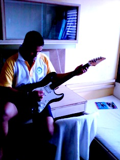 Although am trying to play with that guitar, I don't know really how to play it!